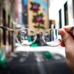 コンタクトからメガネに変える? メリット/デメリットを教えます